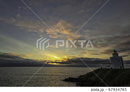 納沙布岬の灯台 朝焼け 67934765