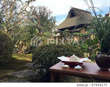 日本庭園でお月見団子と過ごす秋の日 67936175