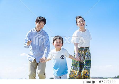 家族、青空、走る 67942111
