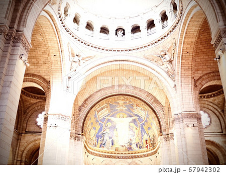 パリの世界遺産サクレクール寺院で見上げる綺麗な壁画 67942302