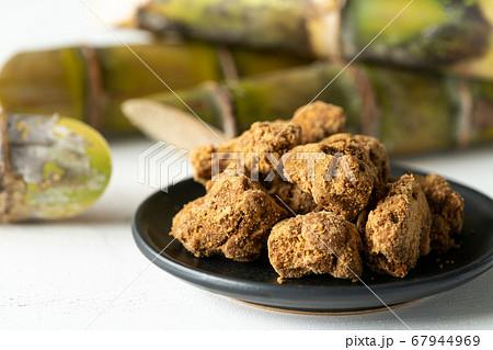 沖縄県産黒糖とサトウキビ 67944969