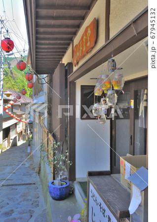 大分県の山奥にある湯平温泉の石畳の坂とその周辺の古風なお店や飾り 67945132
