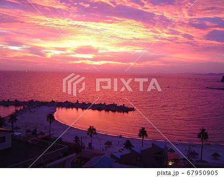 和歌山県・白浜の夕方に赤く染まる砂浜海岸 67950905
