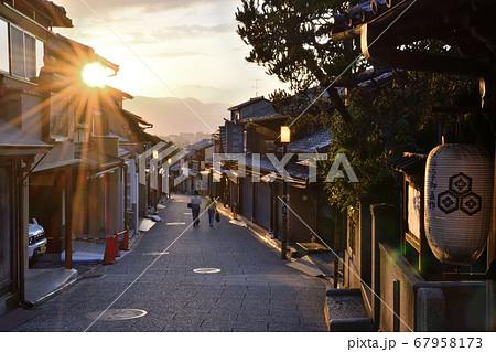 京都の夕焼けの松原通を歩く観光客 67958173