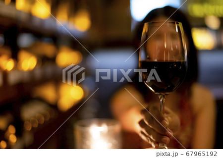 レストランの店内で赤ワインのグラスを持つ女性 67965192