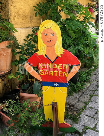 ドイツ語で書かれた海外の幼稚園の手作りでレトロおしゃれな看板 67972855