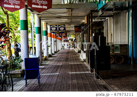 沖縄県沖縄市のパークアベニューの昼の風景 67973211