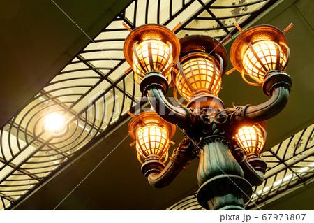 東京日本橋にて夜になり点灯した橋の街灯 67973807