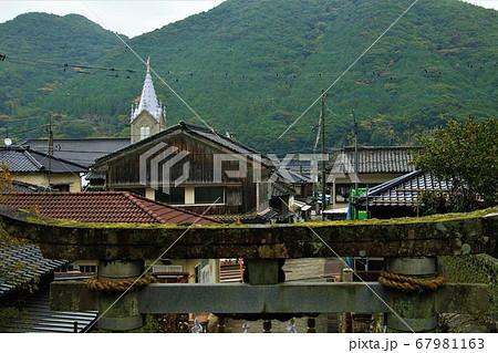 﨑津教会天主堂と﨑津諏訪神社の鳥居 67981163
