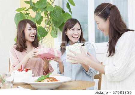 誕生日を祝う女性 67981359