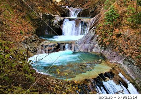 清流がつくり出す西沢渓谷のハイライト七ッ釜五段の滝 67981514