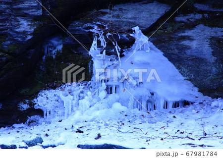 奥瀬の清流脇に造られた妖精の氷の館 67981784