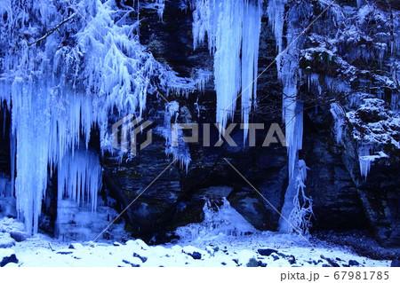 氷柱が下がる奥瀬の岩奥に造られた妖精の氷の館 67981785