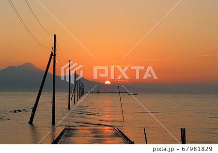 夕焼けに染まる長部田海床路と光の道 御輿来海岸 熊本 67981829