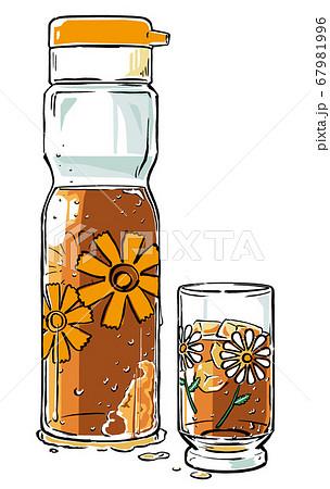 冷たい麦茶の入った昭和レトロポップ模様の冷水ポットとガラスのコップ 筆描き・マット塗り 67981996