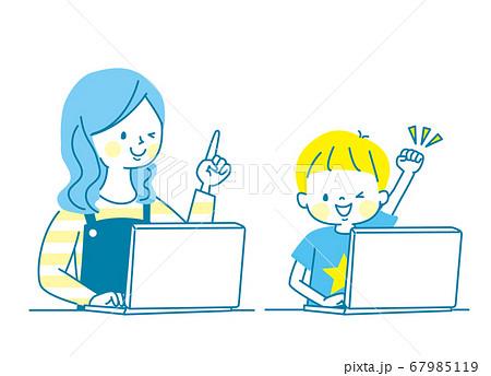 笑顔の親子とパソコン 67985119