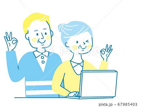 パソコンと笑顔のシニア 67985403