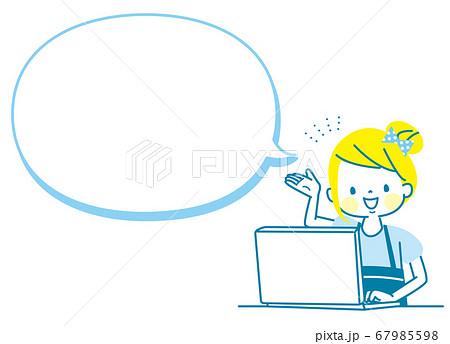 パソコンを紹介する女の子 67985598