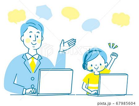 笑顔の親子とパソコン 67985604