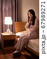 眠れない女性 67989271