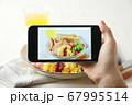 スマホ スマートフォン SNS映え 料理写真 67995514