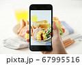 スマホ スマートフォン SNS映え 料理写真 67995516