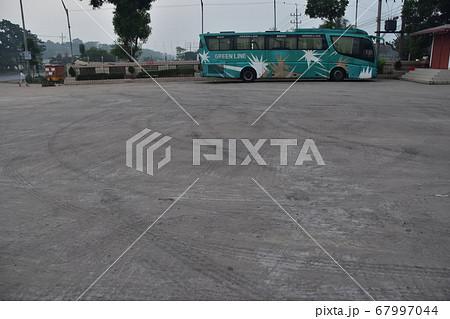 バングラデシュの長距離バスの旅 途中で立ち寄った休憩施設と駐車中のデラックスバス 67997044