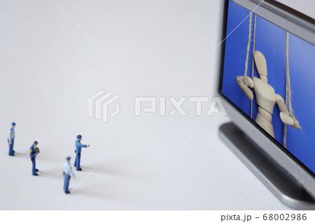 テレビの中の操り人形を複数の警察官がチェックするミニチュア 68002986