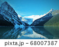 神秘的なカナダアルバータ州のレイクルイーズの氷河と反射する湖面 68007387