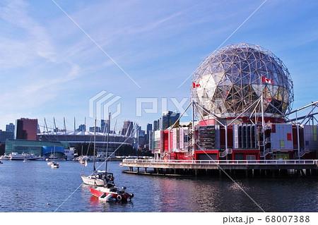 カナダバンクーバーのサイエンスワールドとダウンタウン風景 68007388