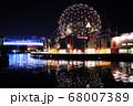 カナダバンクーバーのサイエンスワールドとダウンタウンの夜景 68007389