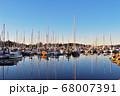 海外カナダバンクーバーののハーバーに揺れるヨット群と水面の反射 68007391