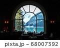 カナダアルバータのフェアモントシャトーレイクルイーズのレストラン窓から見る氷河と湖面 68007392