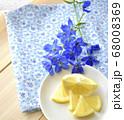 鮮やかなブルーのデルフィニウムと新鮮なレモンの果実 68008369