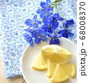 鮮やかなブルーのデルフィニウムと新鮮なレモンの果実 68008370