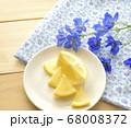 鮮やかなブルーのデルフィニウムと新鮮なレモンの果実 68008372