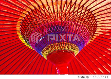 鮮やかさ際立つ深紅の大きな和傘のクローズアップ 68008743