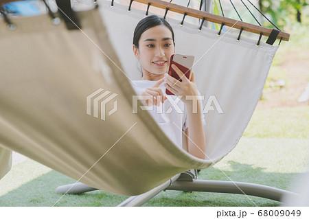 ハンモック スマホ 若い女性 68009049