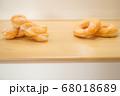 ベーカリー イメージ ドーナツ パン 上下 空き スペース 余白 テーブル 木目 パン屋 手作り風 68018689
