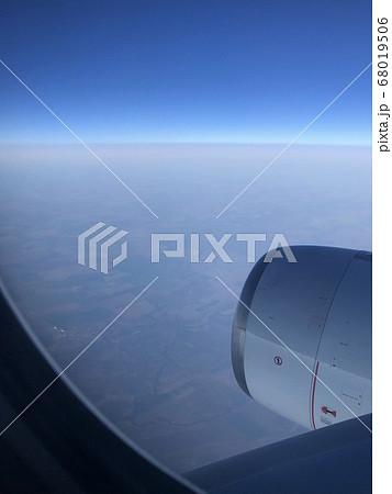 オーストラリア上空の飛行機の窓から見た地上の風景 68019506