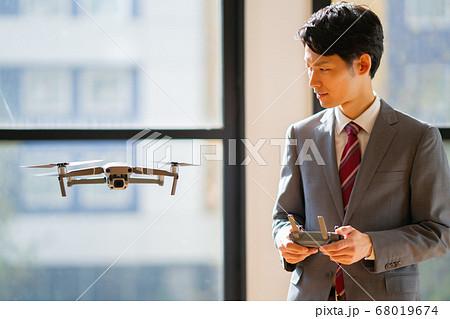 ドローン ビジネス スーツ オフィス 男 男性  1人 少人数 飛行中 商談 操縦 午前 明るい  68019674