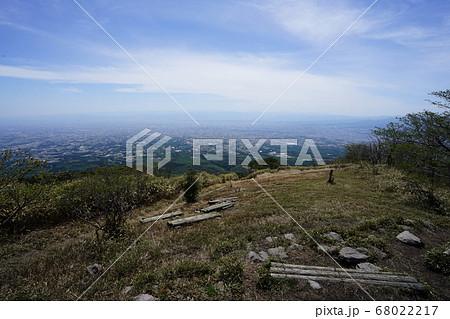 群馬県赤城山 鍋割山南登山口(相吉林道登山口)から登る鍋割山の山頂から前橋方面 68022217