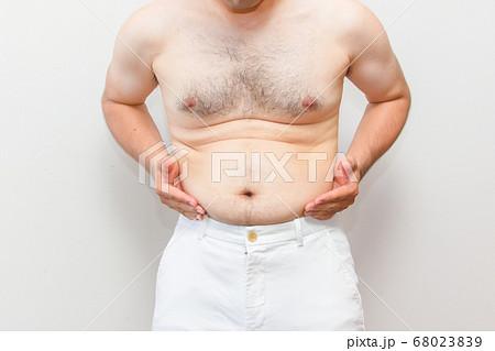 中年太りの男性の上半身 下腹を抱える毛深い男性の写真素材 [68023839 ...