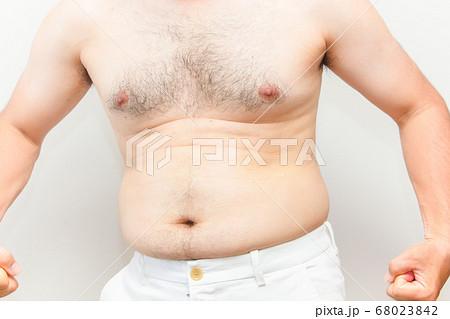 中年太りの男性の上半身 68023842