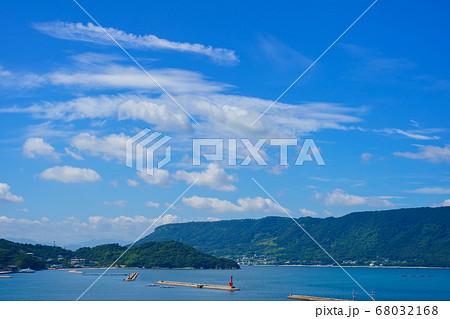 夏の瀬戸内海と屋島(香川県庵治町) 68032168