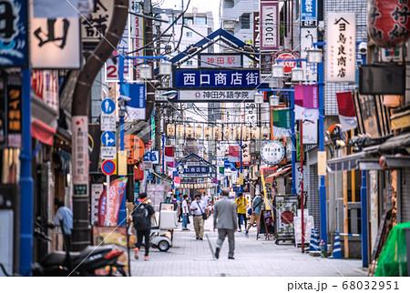 日本の東京都市景観 驚愕新たに472人・神田駅前の西口商店街などを望む…=8月1日 68032951