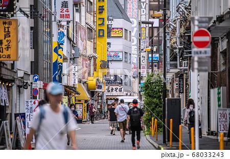 日本の東京都市景観 驚愕新たに472人・神田駅前の高架下沿いの飲み屋街などを望む…=8月1日 68033243