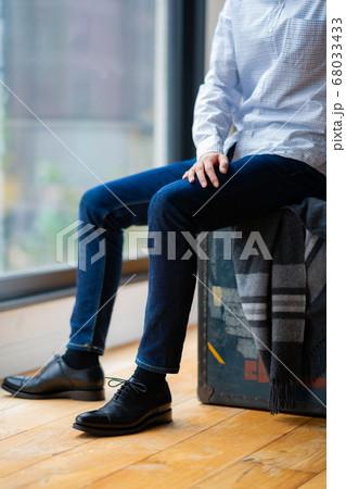 1人 ファッション 美容 ライフスタイル 男性 男 インテリア デザイン 部屋 白 自然光 靴 シュ 68033433