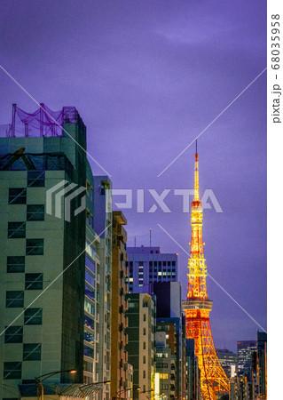 マジックアワー夕暮れ時の田町は札の辻からの東京タワー 68035958