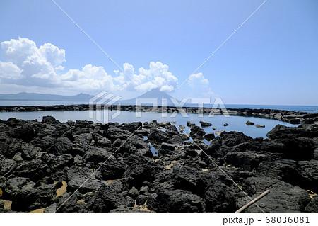 番所鼻公園の溶岩海プールと開聞岳 68036081